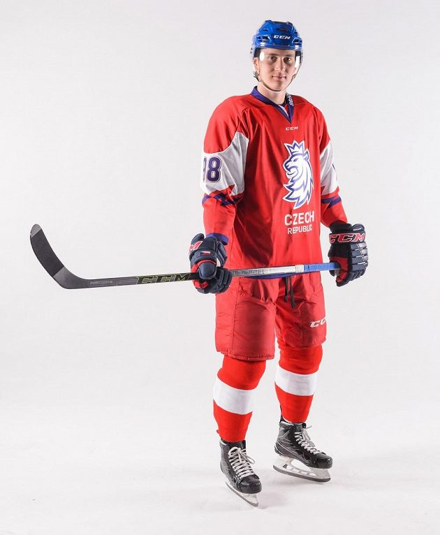 Český hokejový útočník Martin Nečas v juniorské variantě nového reprezentačního dresu.