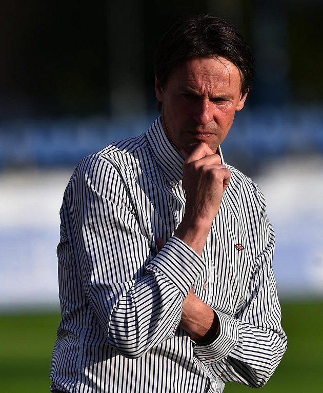 Zachmuřený trenér Karviné František Straka během odvety baráže o účast v první fotbalové lize.