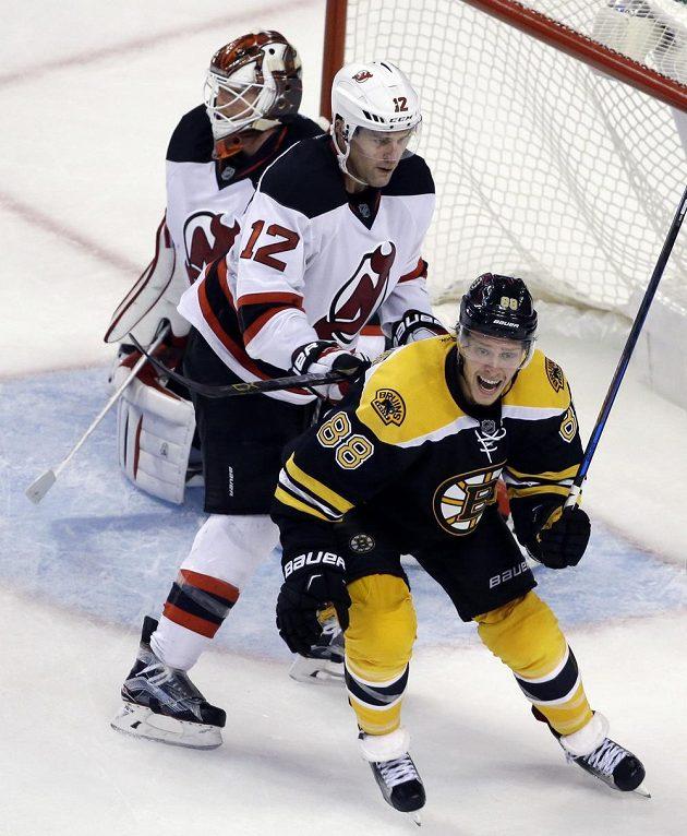 Křídlo Bostonu David Pastrňák se raduje po vítězné trefě spoluhráče Patrice Bergerona v utkání proti New Jersey.