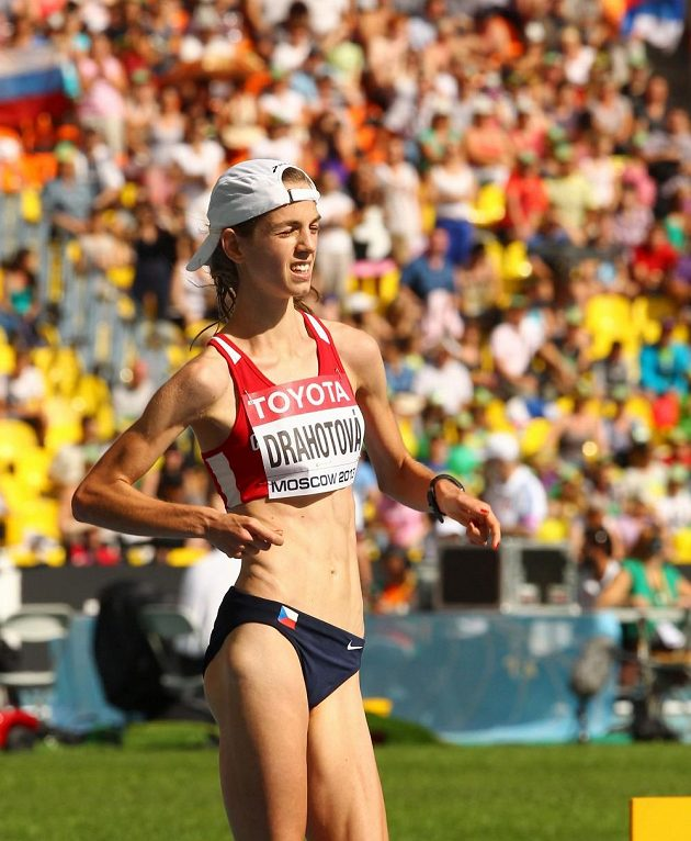 Vyčerpaná Anežka Drahotová dochází do cíle mistrovství světa v Moskvě na výborném sedmém místě.