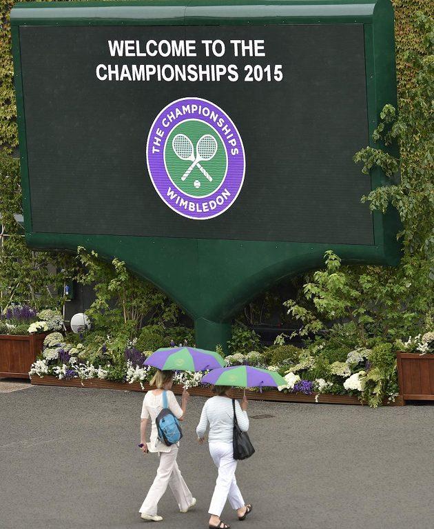 Bez deštníku a bílého oblečení se do Wimbledonu nechodí.