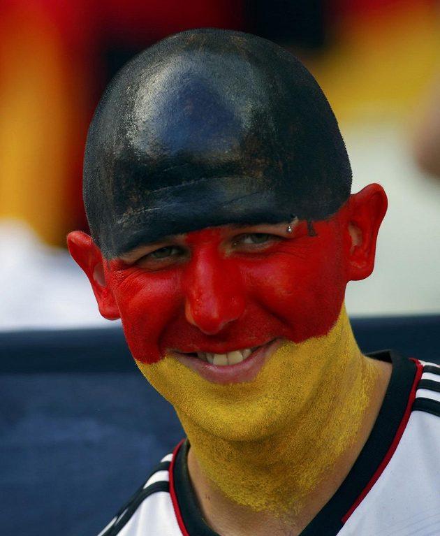 Pestře zbarvený německý fanoušek.