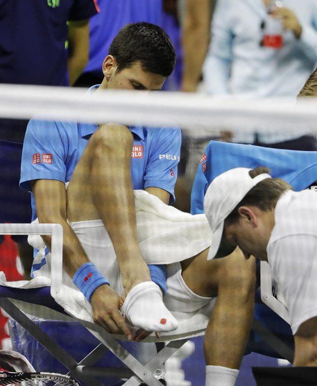Srb Novak Djokovič při ošetření ve finále US Open.