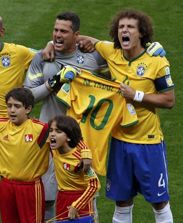 Obránce David Luiz (vpravo) a brankář Júlio César drží při slavnostním nástupu týmů před semifinále s Německem Neymarův dres jako gesto soudržnosti mužstva se zraněným spoluhráčem.