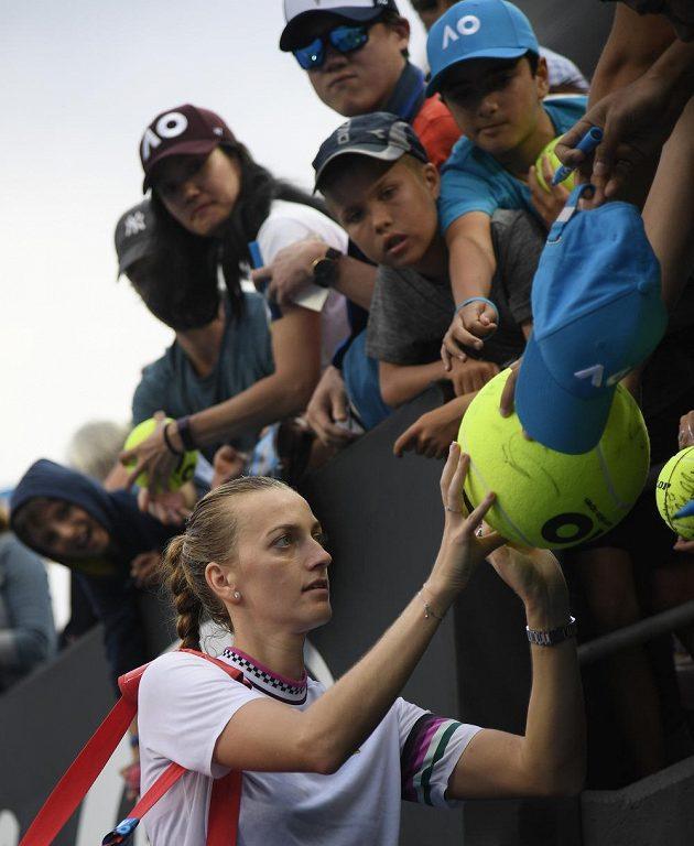 Česká tenistka Petra Kvitová rozdává autogramy na Australian Open.