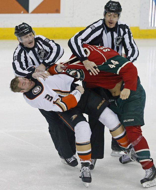 Rozhodčí Don Henderson (vlevo) a Mike Cvik odtrhávají Clayton Stonera (vlevo) a Chrise Stewarta. (AP Photo/Jim Mone)