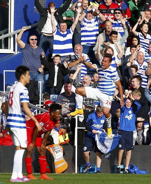 Útočník Queens Park Rangers Eduardo Vargas (vpravo) slaví vyrovnávací gól proti Liverpoolu.
