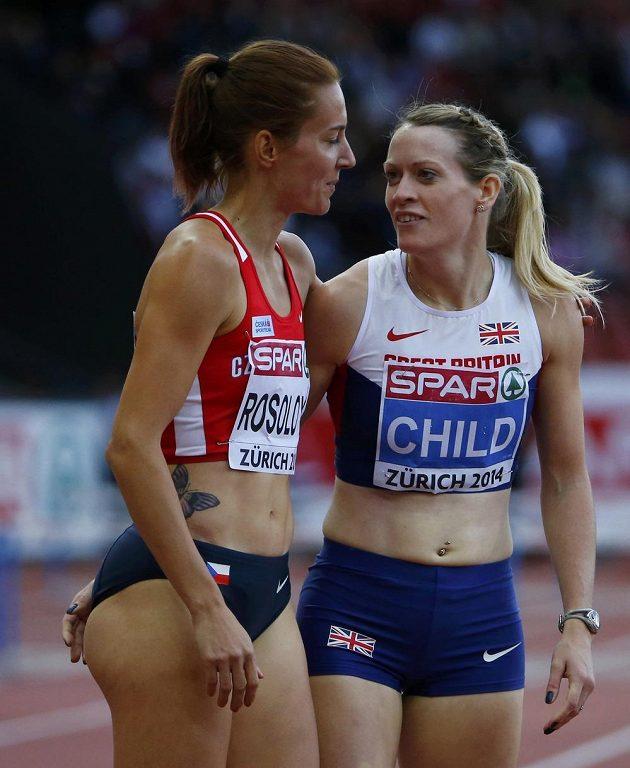 Česká atletka Denisa Rosolová a Eilidh Childová z Británie po skončení semifinálového běhu na 400 metrů překážek na mistrovství Evropy v Curychu.