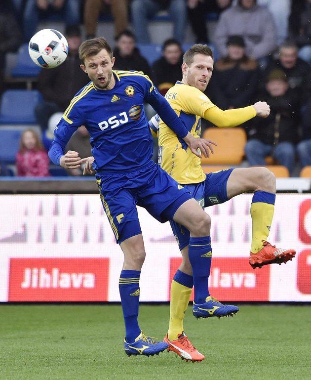 Jiří Krejčí z Jihlavy (vlevo) si kryje míč před Štěpánem Vachouškem z Teplic.