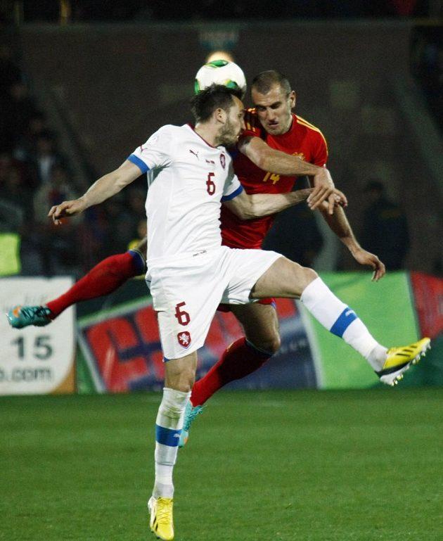 Arménec Yura Movsisyan (vpravo) v souboji s Tomášem Sivokem v kvalifikačním duelu v Jerevanu.
