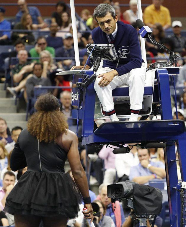 Serena Williamsová horlivě diskutuje s rozhodčím Carlosem Ramosem.