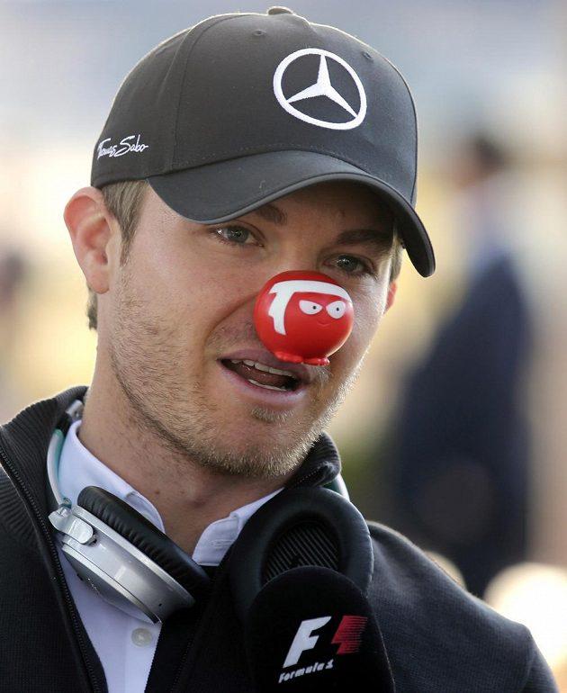Německý pilot Nico Rosberg ze stáje Mercedes dorazil na trénink v Melbourne s klaunským červeným nosem.