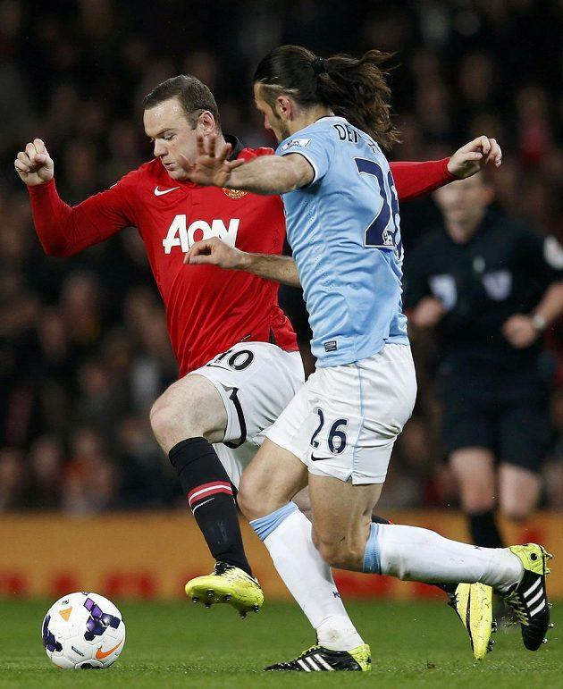 Wayne Rooney (vlevo) z Manchesteru United v souboji s Martinem Demichelisem z Manchesteru City.