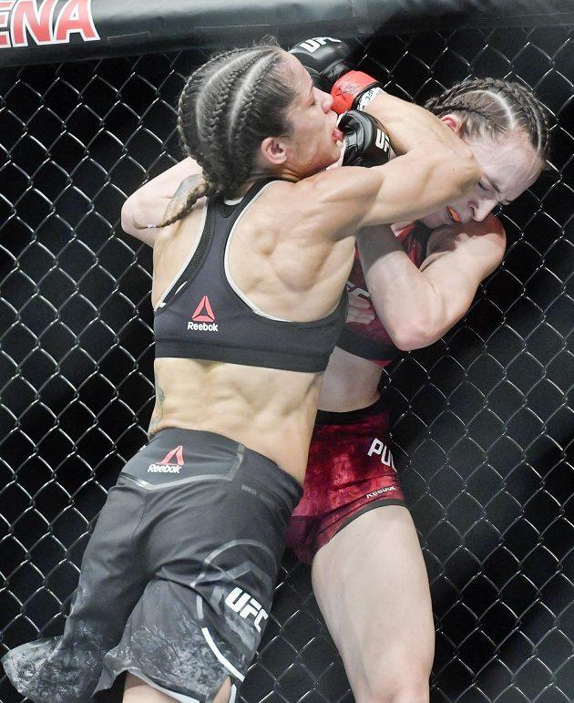 Lucie Pudilová z České republiky (vpravo) čelí na Večeru smíšených bojových umění UFC Fight Night Prague ataku Američanky Liz Carmoucheové. Ta také nakonec zápas vyhrála.
