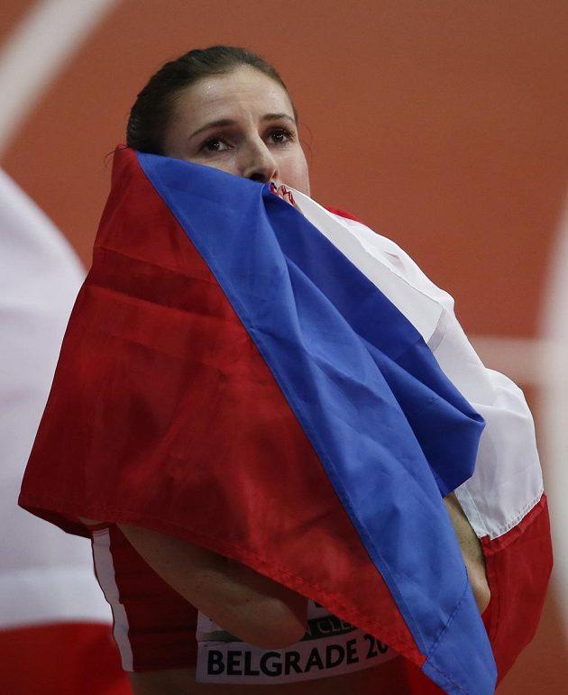 Zuzana Hejnová se s vlajkou v ruce raduje ze stříbra na HME.