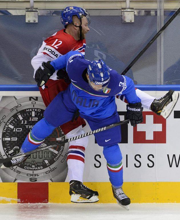 Jiří Novotný (vzadu) bojuje s Markusem Ganderem z Itálie.