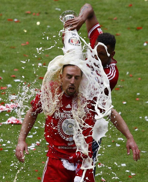 Tradiční oslava - Jerome Boateng vylévá pivo na spoluhráče Francka Ribéryho.