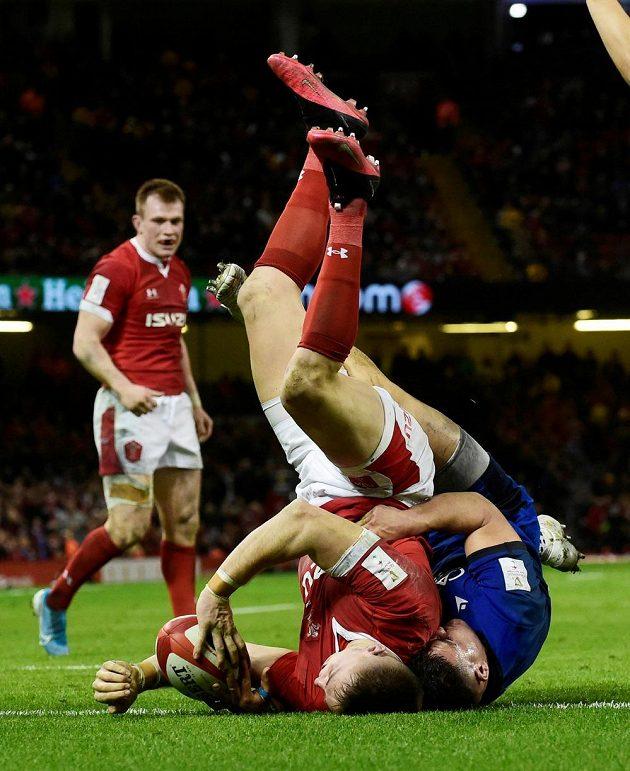 Hlavou dolů! Velšan Josh Adams v akrobatické pozici završil svůj pětkový hattrick.