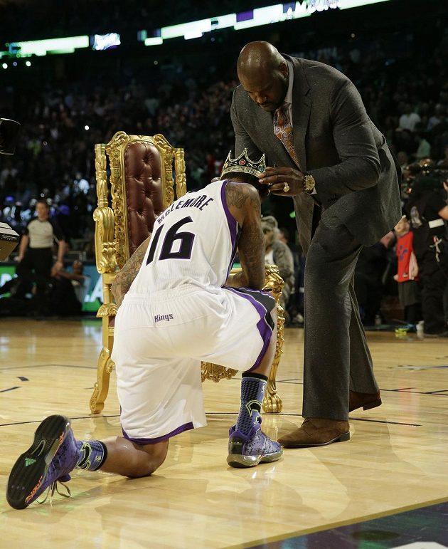 Bývalá basketbalová hvězda Shaquille O'Neal korunuje Bena McLemorea za nejefektnější smeč.