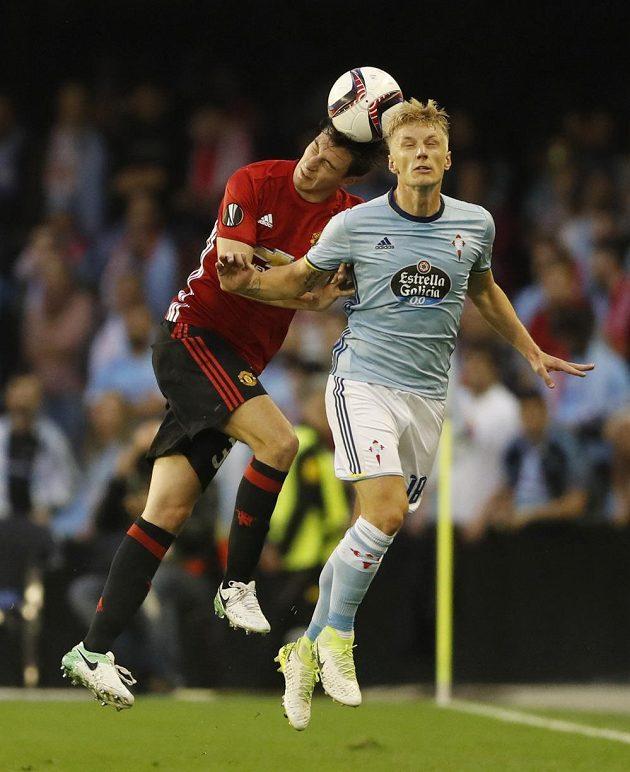 Hlavičkový souboj mezi Matteem Darmianem (vlevo) z Manchesteru United a Danielem Wassem z Viga.