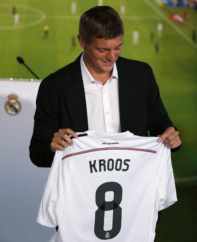 Německý záložník Toni Kroos po podpisu smlouvy s Realem Madrid.