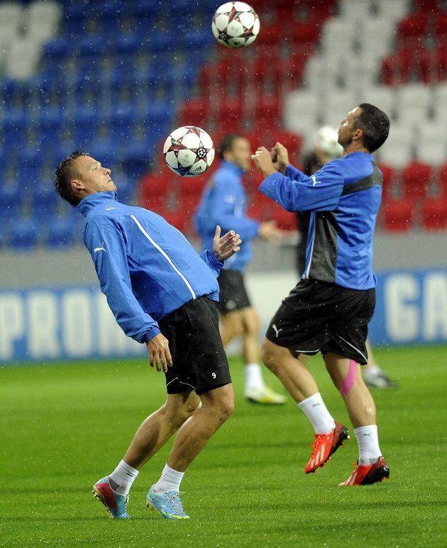 Stanislav Tecl (vlevo) s Pavlem Horváthem během deštivého tréninku před zápasem play off Ligy mistrů proti Mariboru.