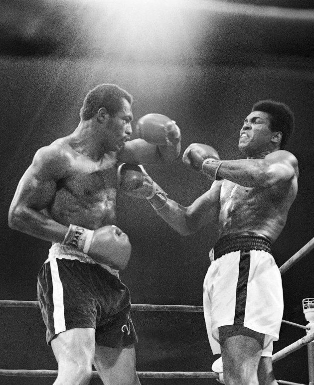 Ken Norton (vlevo) v památném zápase v roce 1973, kdy v San Diegu zlomil Alimu čelist a na body ho porazil.