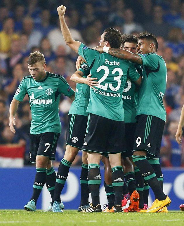 Radost v podání fotbalistů Schalke na Stamford Bridge po vyrovnávacím gólu Huntelaara (druhý zprava).