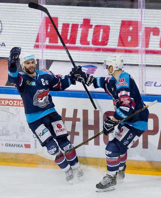 Útočník Chomutova Michal Vondrka (vlevo) se raduje se spoluhráčem Jurajem Valachem ze svého gólu proti Spartě.