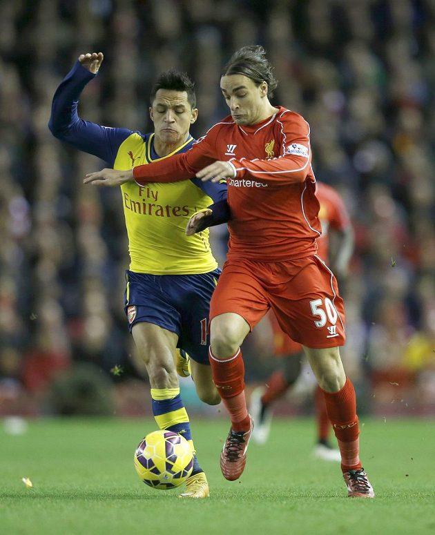 Lazara Markoviče z Liverpoolu (vpravo) stíhá Alexis Sánchez z Arsenalu.