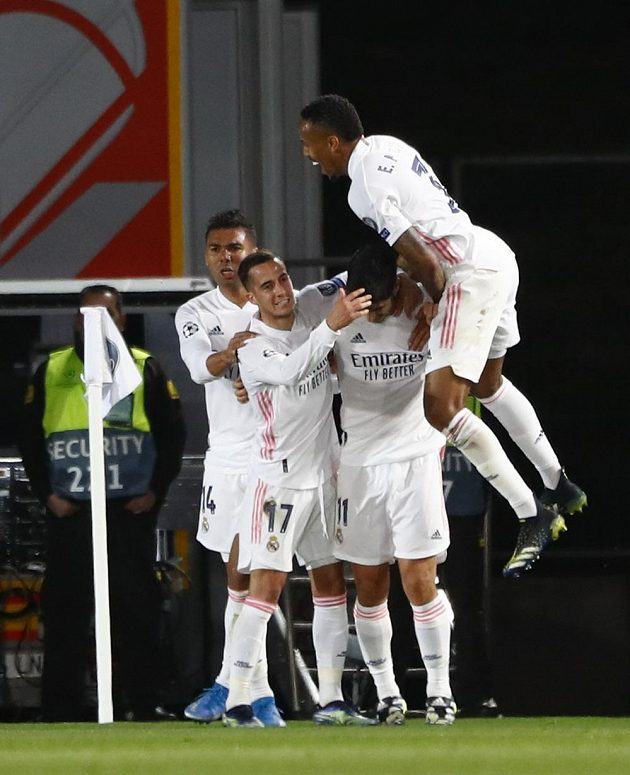 Fotbalisté Realu Madrid oslavují gól Marca Asensia proti Liverpoolu.