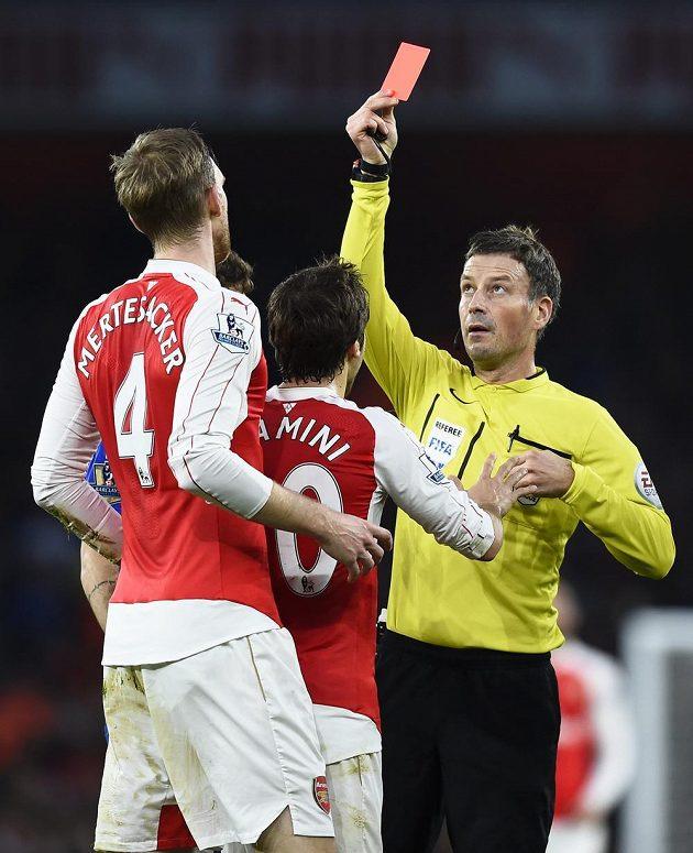Rozhodčí Mark Clattenburg tasil červenou kartu pro Pera Mertesackera z Arsenalu.