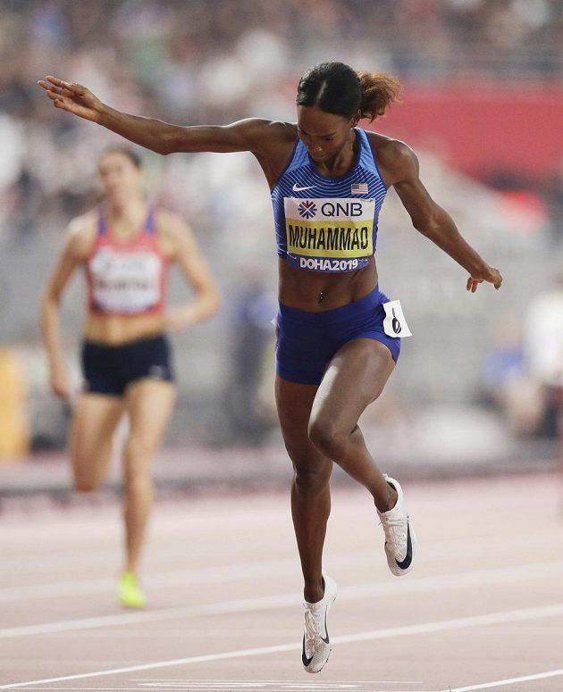 Američanka Dalilah Muhammadová překonala na mistrovství světa v Dauhá vlastní světový rekord v běhu na 400 m překážek časem 52,16 s.