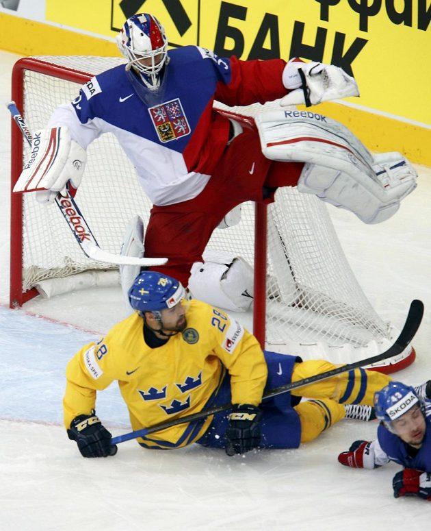 Český gólman Alexander Salák při kolizi se Švédem Dickem Axelssonem v utkání o třetím místě na MS.