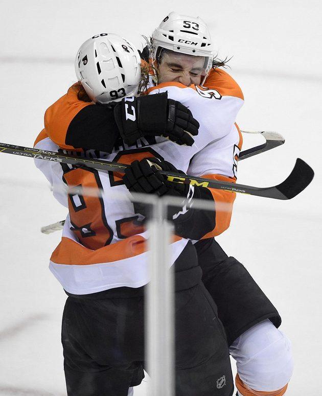 Útočník Philadelphie Jakub Voráček a obránce Flyers Shayne Gostisbehere (vzadu) slaví vítězný gól na ledě Washingtonu.