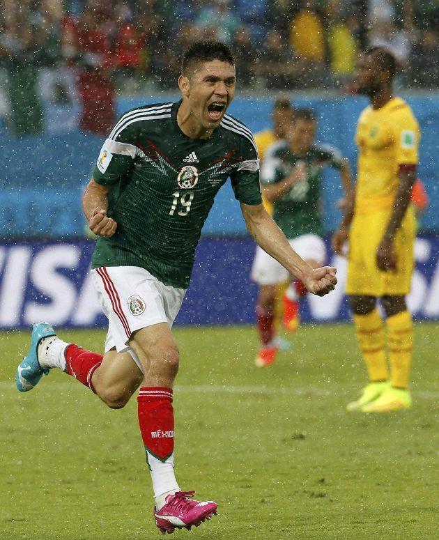 Mexický útočník Oribe Peralta slaví gól proti Kamerunu na mistrovství světa v Brazílii.