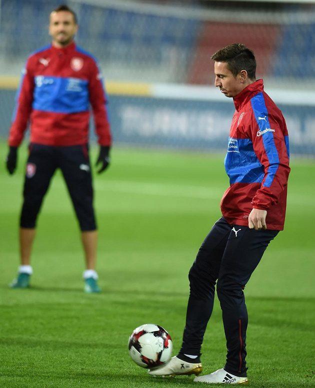 Obránce české fotbalové reprezentace Tomáš Sivok (vzadu) a záložník Milan Petržela během pondělního tréninku.