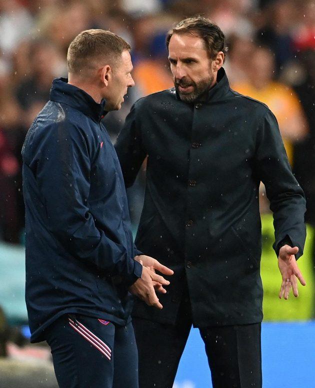 Anglický kouč Gareth Southgate (vpravo) a jeho asistent Graeme Jones při finále s Itálií.
