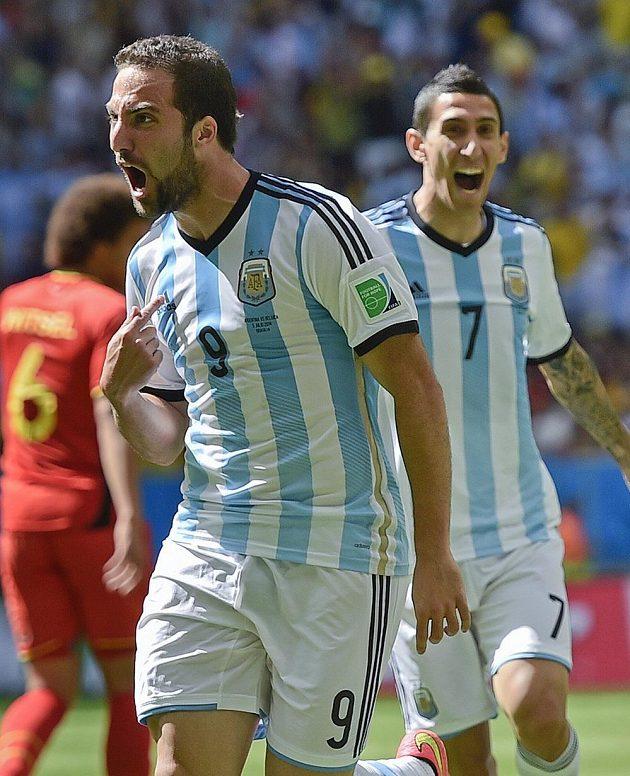 Argentinec Gonzalo Higuaín (vlevo) otevřel skóre a raduje se. V pozadí Angel di María.