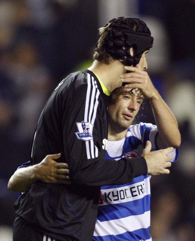Zhruba rok po incidentu se Petr Čech (už s helmou) se Stephenem Huntem z Readingu po ligovém utkání objali.