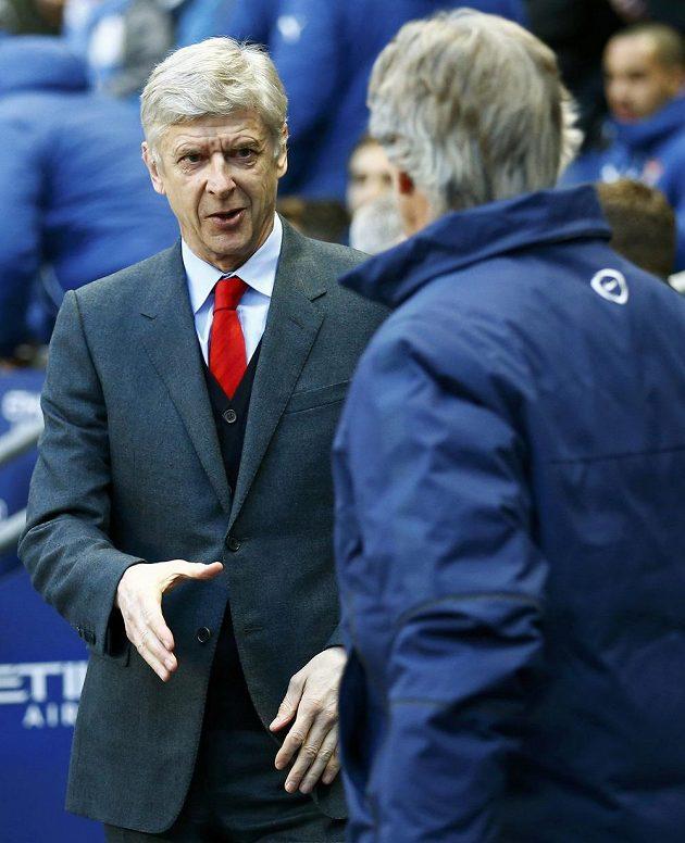 Kouč Arsenalu Arséne Wenger se vítá s manažerem Manchesteru City Manuelem Pellegrinim.