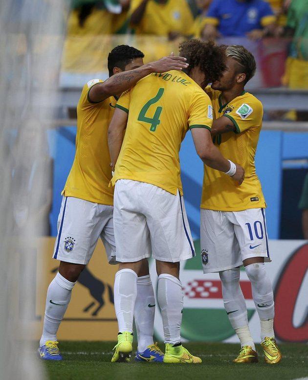 Brazilci David Luiz, Hulk a Neymar oslavují gól proti Chile v osmifinále MS.