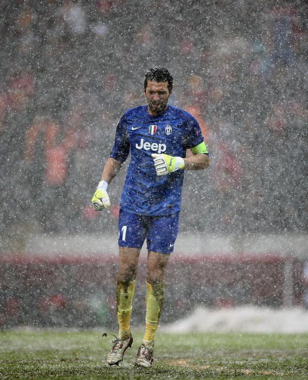 Také odložený zápas se hrál v neregulérních podmínkách. Brankář Juventusu Gianluigi Buffon měl kvůli sněhové vánici ztížený výhled.