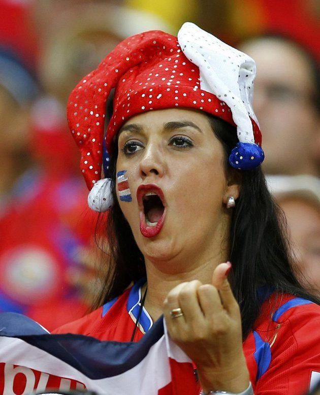 Fanynka kostarického týmu křičí radostí, Kostarika překvapivě porazila Uruguay 3:1.