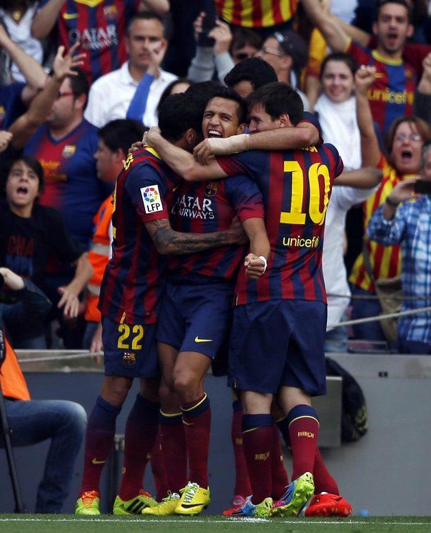 Barcelonský Alexis Sanchez (uprostřed) otevřel skóre...