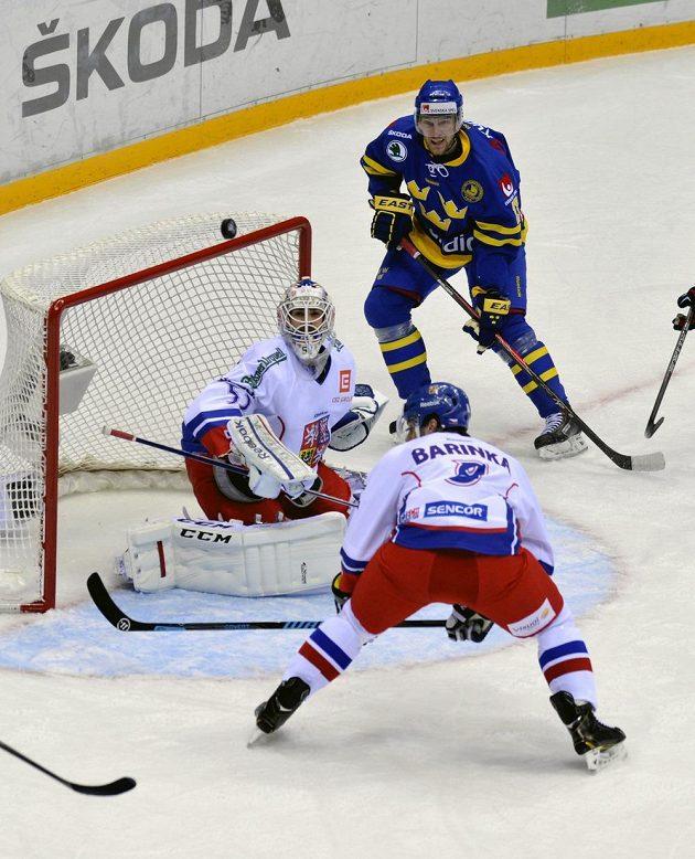 Gólman Alexander Salák a obránce Michal Barinka během utkání se Švédskem.