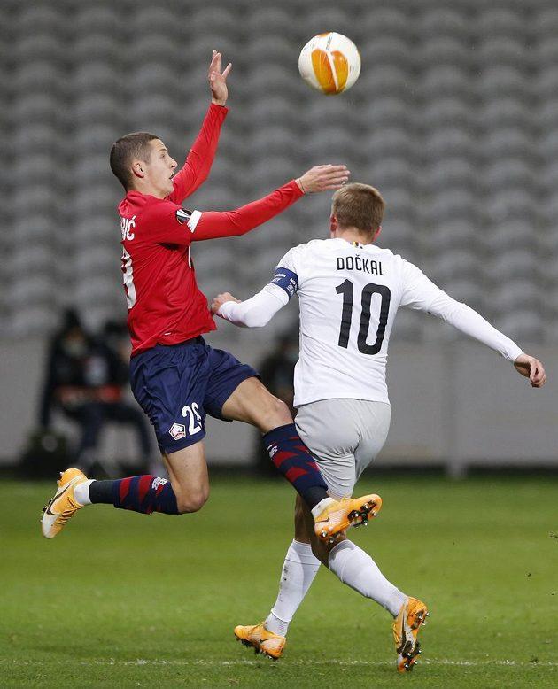 Fotbalista Lille Domagoj Bradarič (vlevo) v souboji se sparťanem Bořkem Dočkalem.