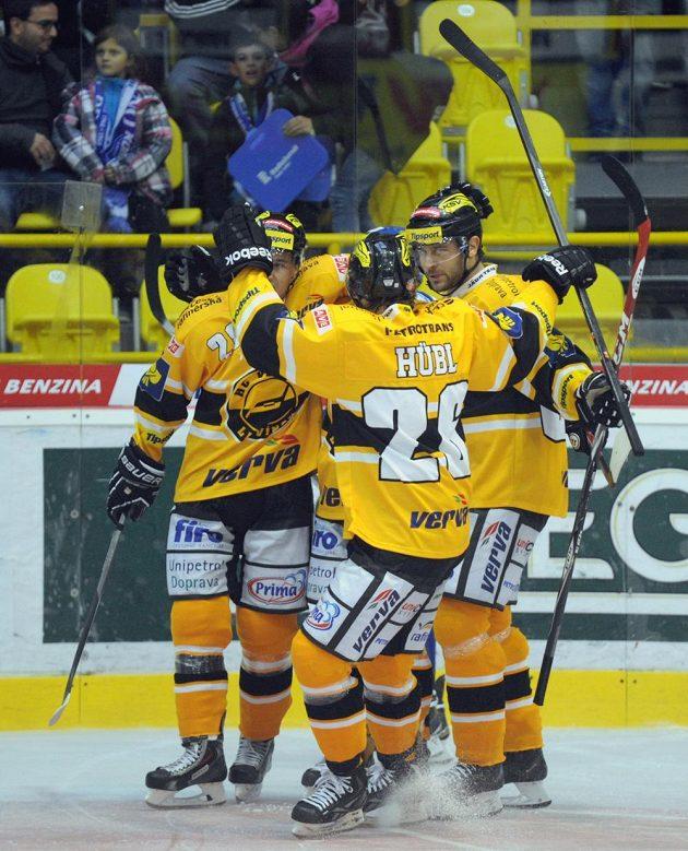 Radost litvínovských hokejistů z úvodní branky zápasu s Brnem, jejímž autorem byl František Lukeš.
