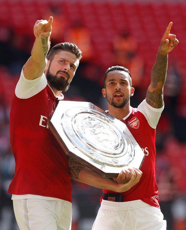 Zleva Olivier Giroud a Theo Walcott slaví...