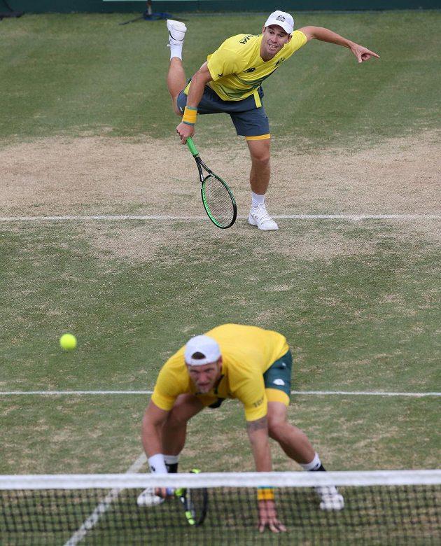 Australská dvojice John Peers (podává) a Sam Groth v zápase baráže Davisova poháru proti Slovensku.